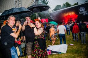 Publiek in de regen bij mainstage tijdens ParkCity Live, Heerlen 5 juli 2014