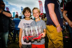 Jongens halen bekers op tijdens ParkCity Live, Heerlen 6 juli 2014