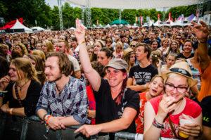 Publiek tijdens optreden van Kensington, ParkCity Live, Heerlen 6-7-2014